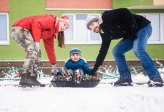 Famille de sport de trois positive pendant l'hiver Images stock