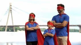Famille de super héros se tenant courageusement, travail d'équipe, solution commune des difficultés images libres de droits