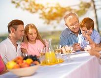 Famille de temps libre dans la campagne Images libres de droits