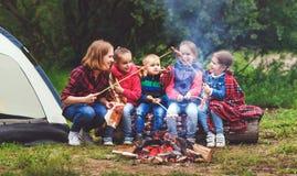 Famille de touristes heureuse sur la hausse de voyage mère et friture SA d'enfants Image libre de droits