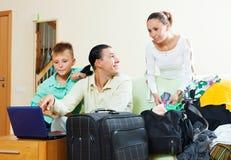 Famille de trois avec le fils réservant l'hôtel   pour des vacances Photos stock