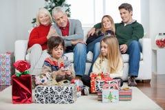 Famille de trois générations avec des cadeaux de Noël Images stock