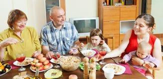 Famille de trois générations prenant le déjeuner Images stock