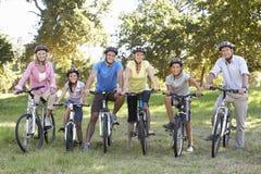 Famille de trois générations sur le tour de cycle dans la campagne Images stock