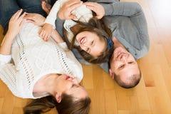 Famille de trois heureuse à la maison Photo stock
