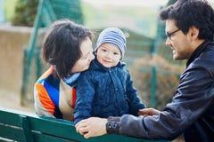 Famille de trois heureuse à Paris près de Tour Eiffel image stock
