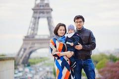 Famille de trois heureuse à Paris près de Tour Eiffel photo libre de droits