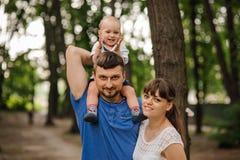 Famille de trois heureuse Le père garde le fils sur des épaules Relations de concept et temps libre insouciant Images libres de droits