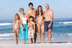 Famille de trois rétablissements en vacances à la plage Photo stock