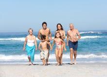 Famille de trois rétablissements en vacances sur la plage Photographie stock