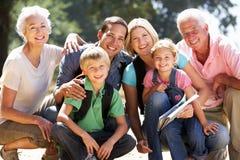 Famille de trois rétablissements sur la promenade de pays Photos stock