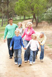Famille de trois rétablissements appréciant la promenade en stationnement Photo libre de droits