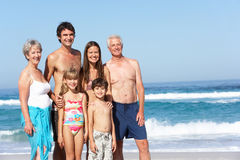 Famille de trois rétablissements en vacances sur la plage Image libre de droits