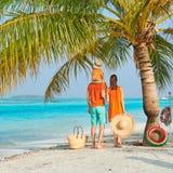 Famille de trois sur la plage sous le palmier photographie stock libre de droits
