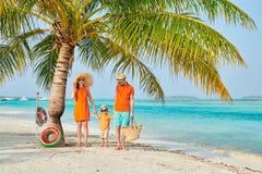 Famille de trois sur la plage sous le palmier photo libre de droits