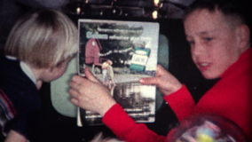 famille (de vintage de 8mm) traitant la TV cassée banque de vidéos