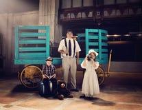 Famille de vintage partant en vacances de voyage Photo stock