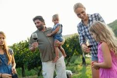 Famille de Winemaker ensemble dans le vignoble Photo stock