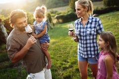 Famille de Winemaker ensemble dans le vignoble Images stock