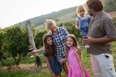 Famille de Winemaker ensemble dans le vignoble Image libre de droits