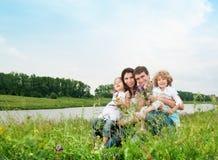 Famille dehors Images libres de droits