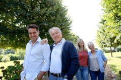Famille des adultes faisant un tour en parc Photo libre de droits