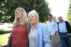 Famille des adultes marchant en parc Image libre de droits
