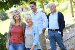 Famille des adultes marchant en parc Images stock