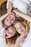 Famille des filles formant un cercle des visages et des mains tandis que sur Images libres de droits