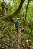 Famille des randonneurs marchant sur une traînée de montagne Images libres de droits