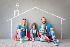 Famille des super h?ros jouant ? la maison photographie stock libre de droits