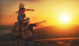 Famille des touristes mère, père et enfant avec des sacs à dos à s Photographie stock libre de droits