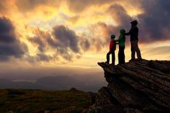 Famille des touristes restant au bord de la falaise image stock