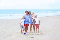 Famille des vacances 5 appréciantes à la mer Image libre de droits