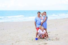 Famille des vacances 5 appréciantes à la mer Photographie stock