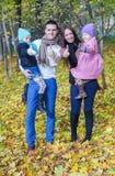 Famille des vacances appréciantes de l'automne quatre et Photo stock