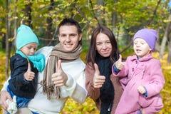 Famille des vacances appréciantes de l'automne quatre et Image stock