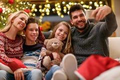 Famille des vacances de Noël faisant le selfie ensemble Photos libres de droits