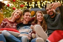 Famille des vacances de Noël faisant le selfie ensemble Photographie stock