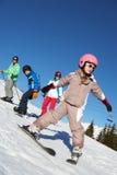 Famille des vacances de ski en montagnes Image libre de droits