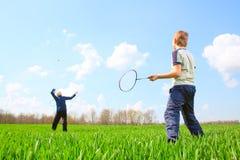 Famille - deux petits garçons jouant au badminton Photo libre de droits