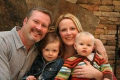 Famille devant la cheminée Images stock