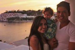 Famille devant le coucher du soleil Photo stock
