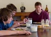 Famille disant la grace Photos libres de droits