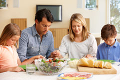 Famille disant la grace avant repas Images stock