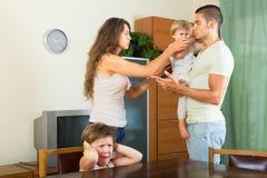 Famille discutant des problèmes Image libre de droits
