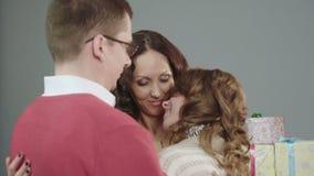 Famille discutant joyeux des cadeaux reçus à Noël, s'étreignant clips vidéos