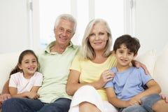 Famille détendant sur Sofa At Home Together Photos libres de droits