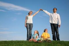 Famille effectuant la maison Images libres de droits