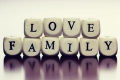 Famille en bois de cube en textes Photo stock